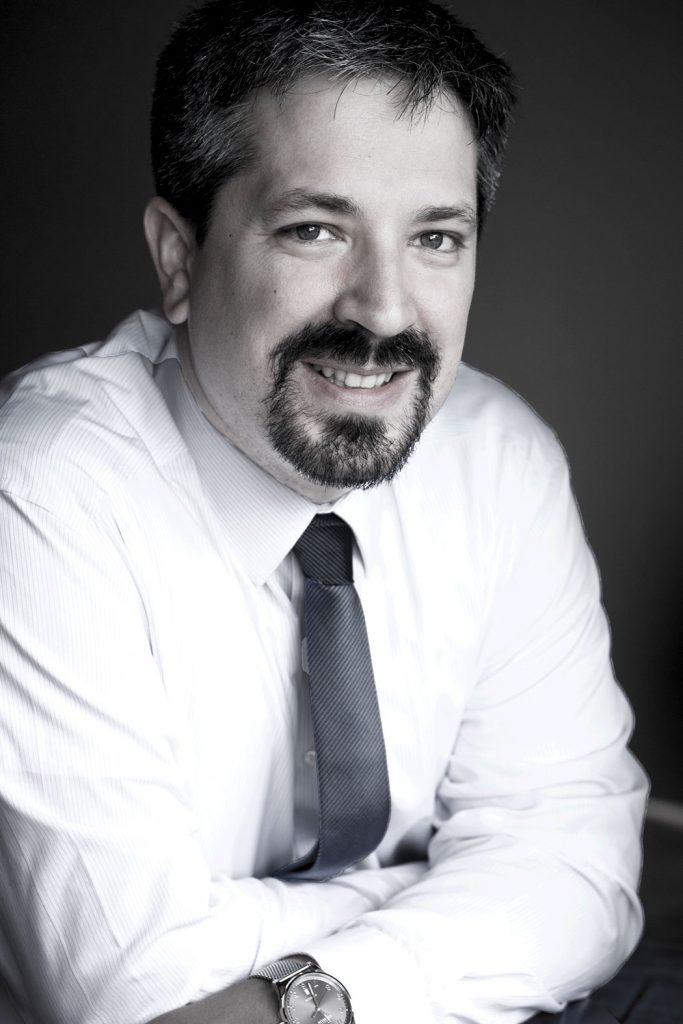 Simon - Portrait Linkedin photo noir et blanc cv