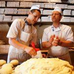Pizzaïolo au travail à la pizzeria Cresci